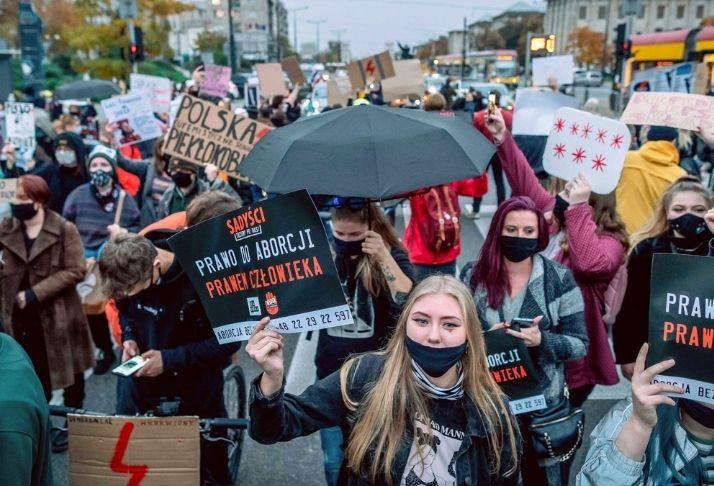 A quase proibição do aborto causa protestos furiosos contra o partido conservador na Polônia