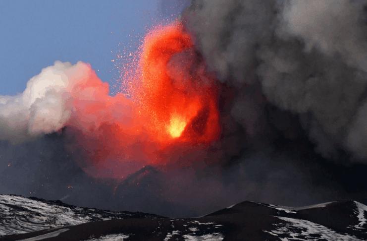 O vulcão italiano Monte Etna entra em erupção, expelindo fumaça e 'uma chuva de pedras'
