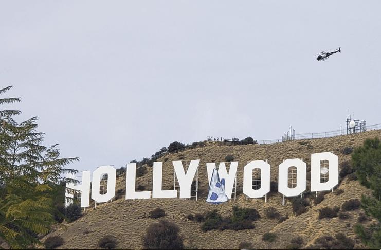 Os brincalhões mudam o letreiro de Hollywood para 'Hollyboob'