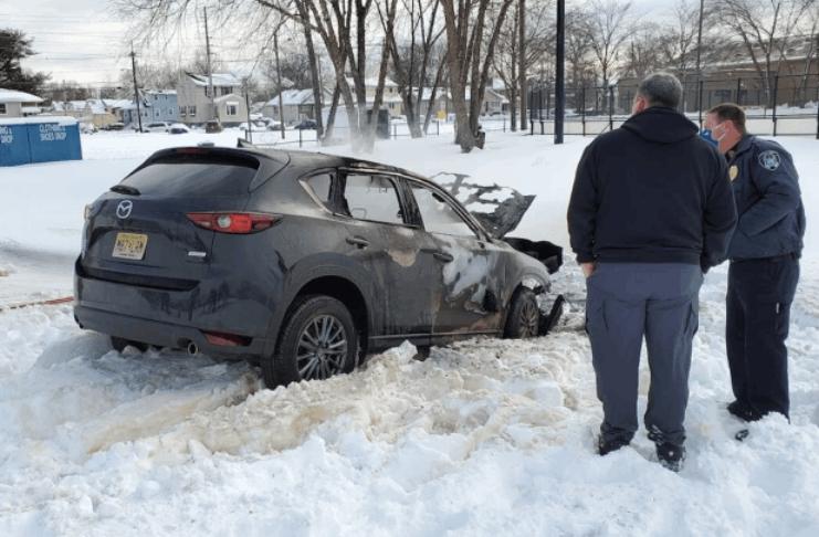 Homem de Nova Jersey morre depois que SUV prende em um banco de neve é engolfado pelas chamas