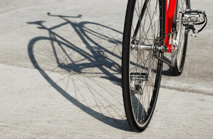 Mãe britânica multada por deixar a filha andar de bicicleta em um estacionamento vazio