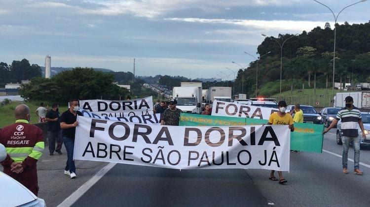 Caminhoneiros interrompem circulação na Castello Branco e ameaçam greve